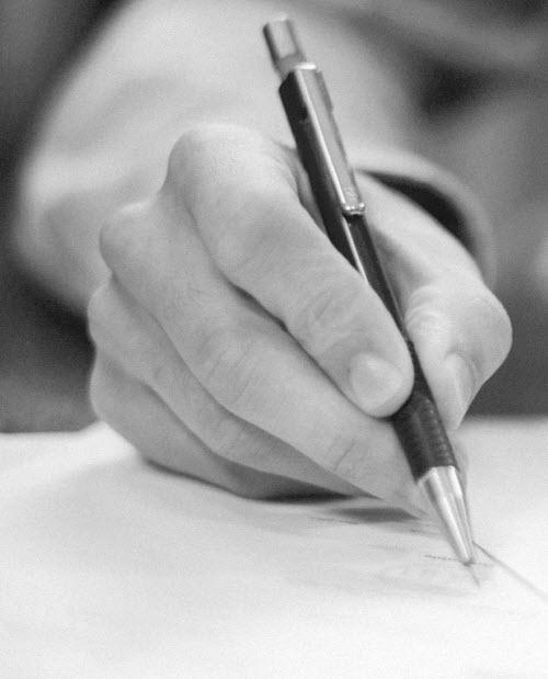 ontier y pixelware invitan a ley contratos publicos - mano escribiendo
