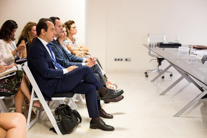 Safwan Nassri, CEO de PIXELWARE, escucha las ponencias en la Jornada Técnica sobre la nueva Ley Contratos Sector Público
