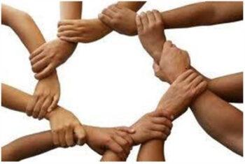 manos unidas en círculo por la muñeca