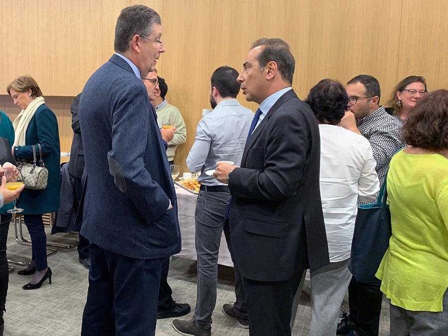 Pausa de Café del evento Contratación Pública Electrónica de Pixelware: José María Gimeno Feliúy Safwan Nassri hablando